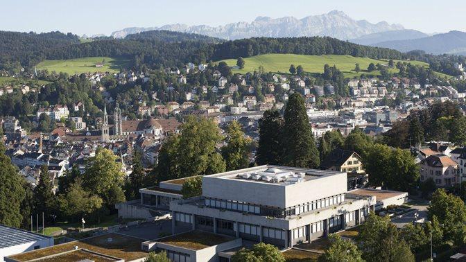 Luftaufnahme Fokus auf das Hauptgebaeude der Universitaet St.Gallen (HSG)