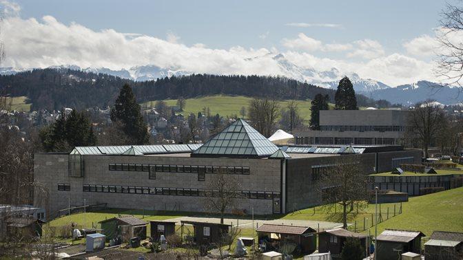 Stimmungsbild mit Bergen und der Pyramide des Bibliotheksgebaeudes der Universitaet St.Gallen (HSG)